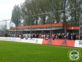 De Feyenoorders vermaken zich op Varkenoord (via Cabras Feliz).