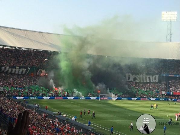 Vuurwerk aan beide kanten bij de opkomst van de spelers.