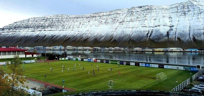 Het stadion in Ísafjörður (Bron: @futboltrotters)