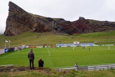 Het stadion van IB Vestmannaeyja (Bron: Vliegende Keeper)