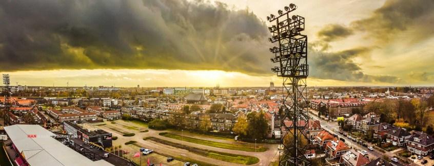 In de voetbal loze periode een drone gekocht en dit is mijn eerste Kowet-plaatje. No one should go where Eagles dare! Uitzicht op de stad, laagstaand zonnetje en één van de mooiste lichtmasten prominent in beeld.
