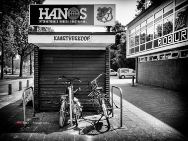 Sportpark Kerschoten van Robur et Velocitas in Apeldoorn is ook zeker een bezoek waard. De fraaie hoofdtribune ligt helaas wel aan een kunstgrasveld en de dug-outs op de achterste velden moet je ook gezien hebben. Zo'n kassahokje is er eigenlijk alleen mar voor het eerste elftal. Kan je hem de rest van de tijd gewoon als fietsenstalling gebruiken toch?