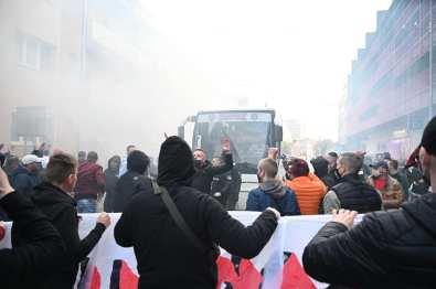 De bus wordt ontvangen (foto via Ultras Spartak Trnava).
