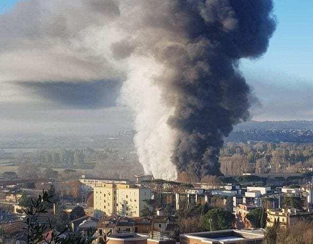 Roma, rogo in una discarica abusiva nella zona Est: fumo nero e allarme per l'odore acre|FOTO