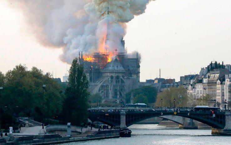 Parigi, incendio a Notre Dame. FOTO/VIDEO