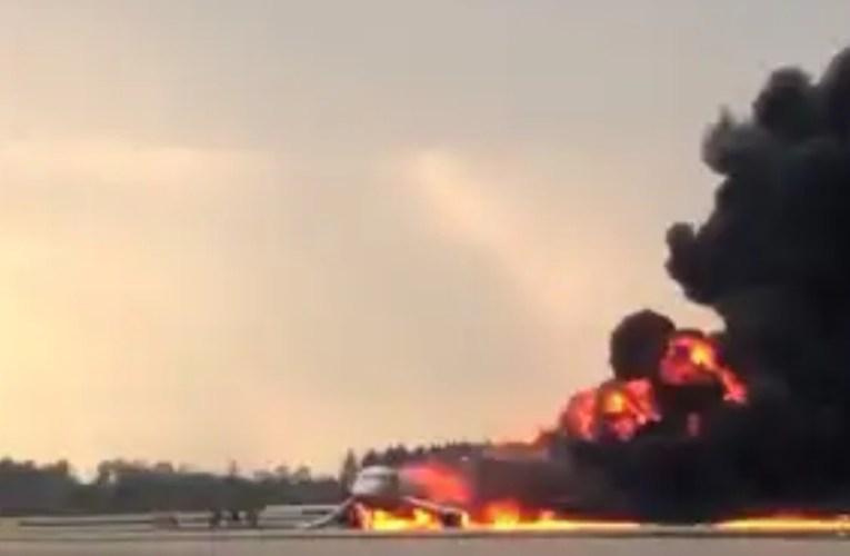 Mosca, aereo atterra in fiamme|FOTO/VIDEO