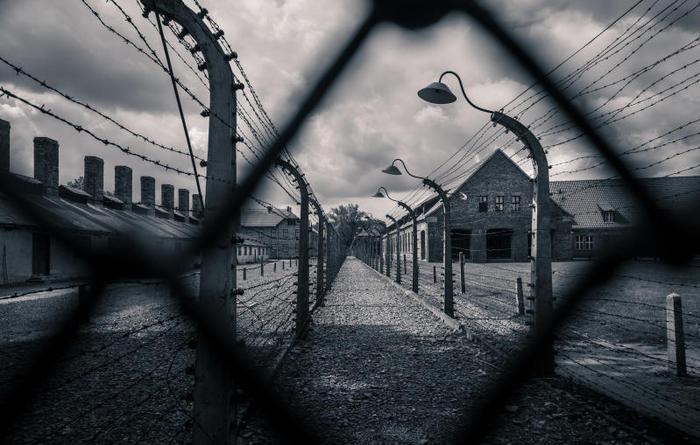 Studenti in visita in due campi di sterminio ad Auschwitz