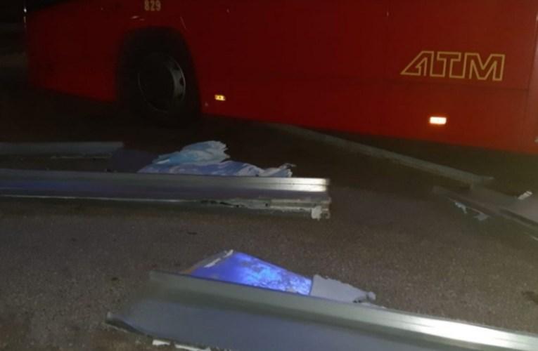 Messina, un cartellone pubblicitario crolla su di un bus dell' Atm.