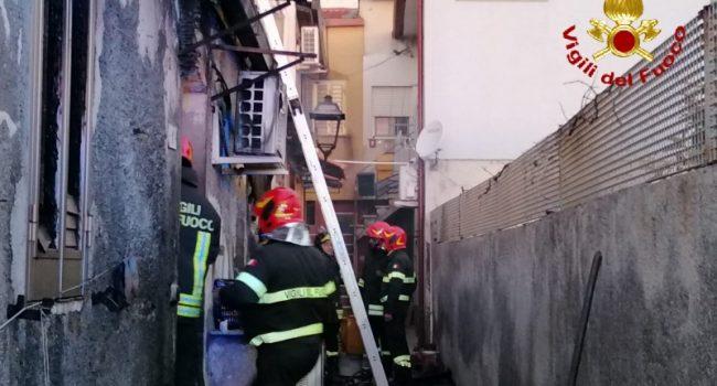 Messina, incendio in casa a Nizza di Sicilia: morte due sorelle di 90 anni | VIDEO