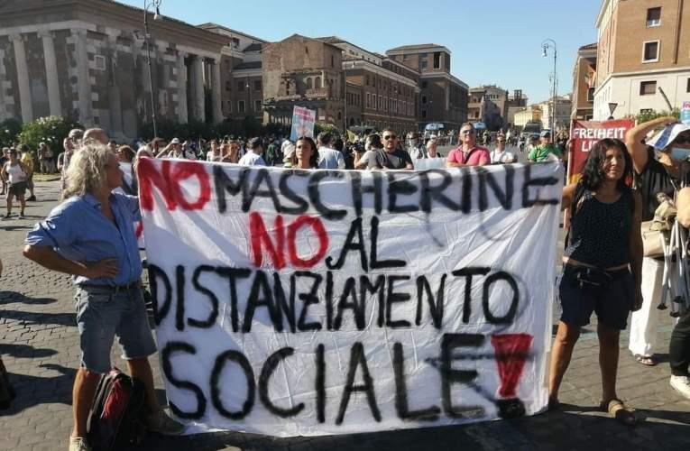 No Mask, la manifestazione a Roma senza distanziamento e mascherine