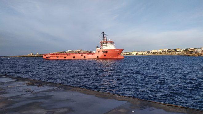 La Asso 30, nave privata che lavora per le piattaforme Eni, ha attraccato a Porto Empedocle (Ag).