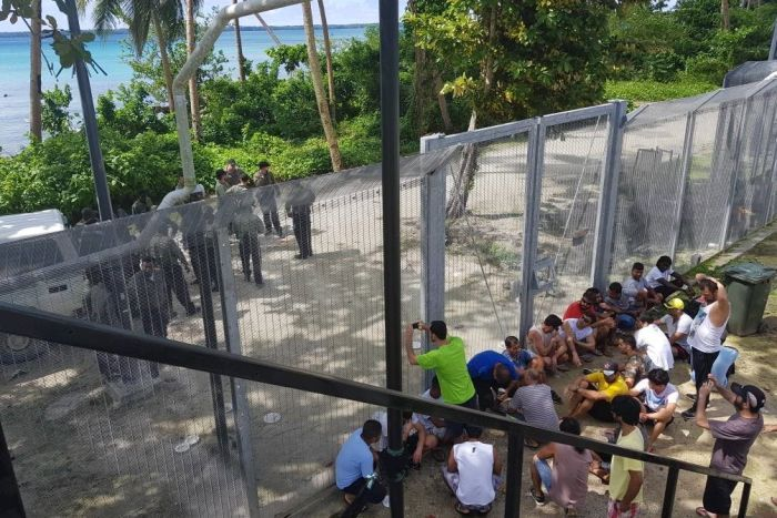 Authorities start operation to remove 600 refugees from Manus Island centre