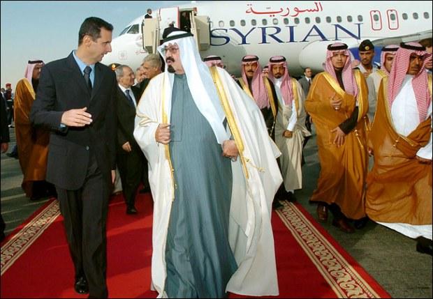 الملك السعودي الراحل عبدالله بن عبدالعزيز لدى استقباله رئيس النظام السوري بشار الأسد في الرياض عام 2005 (سانا) .jpg