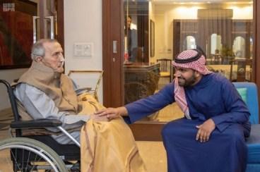 وزير الثقافة السعودي أثناء اللقاء مع الفنان الراحل في نيودلهي العام الماضي (وزارة الثقافة السعودية)