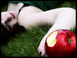 Snow_White_ate_the_apple____2_by_Lilou1984