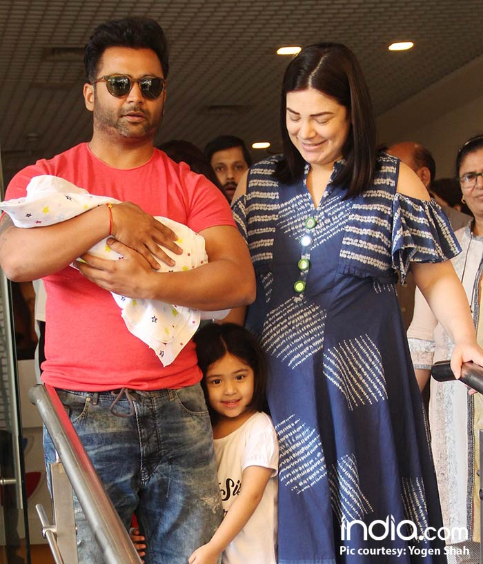 urvashi,-and-sachin-coming-out-of-surya-hospital-with-their-new-born-child-(7)