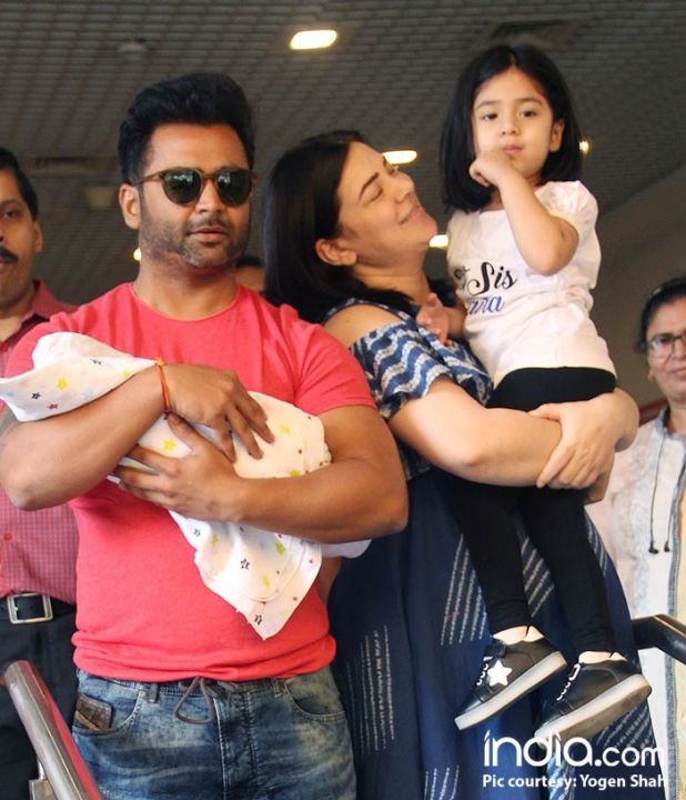 urvashi,-and-sachin-coming-out-of-surya-hospital-with-their-new-born-child-(9)