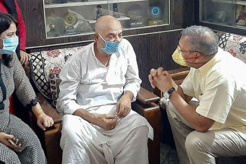 Nana Patekar Visits Sushant Singh Rajput's Family in Patna – Watch Viral Video 1