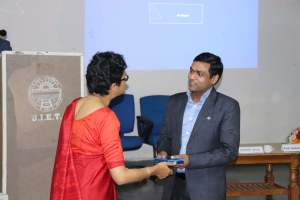 Bindoo Srivastava presenting a memento to Naveen Agarwal at Developers tutorial in Panjab University