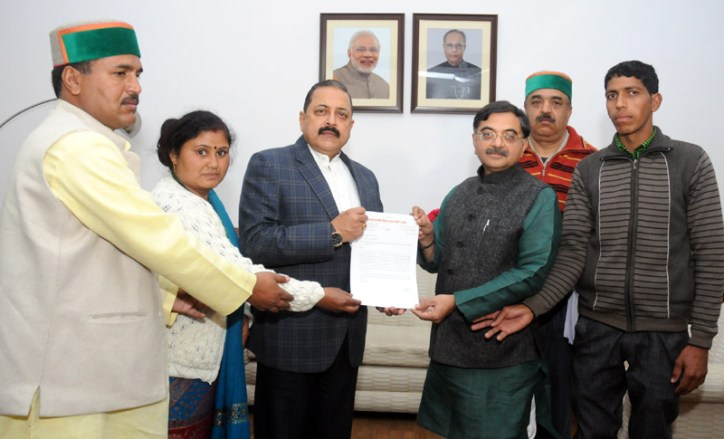 A delegation from Uttarakhand led by the Member of Parliament, Shri Tarun Vijay giving a memorandum to the Minister of State for Development of North Eastern Region (I/C), Prime Minister's Office, Personnel, Public Grievances & Pensions, Department of Atomic Energy, Department of Space, Dr. Jitendra Singh, in New Delhi on December 31, 2015