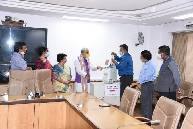 Ashwini Kumar Choubey receives the first tranche of 4,475 Oxygen Concentrators from Temasek