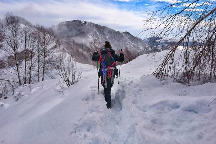 attrezzatura escursione in montagna con la neve bastoncini trekking ghette ciaspole ramponi pantaloni abbigliamento guanti 2