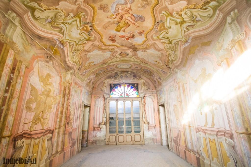 palazzo torti abbandonato in provincia di piacenza con dei bellissimi affreschi