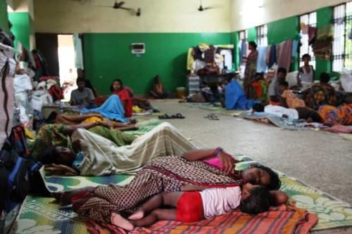 Famiglie intere costrette a dormire sul pavimento. Con loro solo pochi stracci recuperati dalle case prima di fuggire