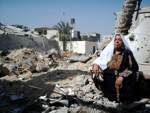 Il dolore di una donna tra le macerie di Gaza