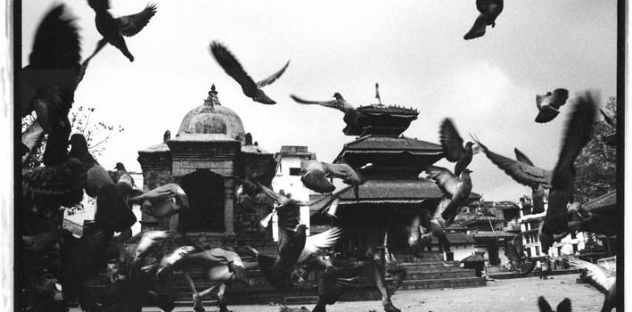 """Recensione, Kathmandu: """"lezioni di tenebra"""" dalla abissale metropoli himalayana. Di Martino Nicoletti"""