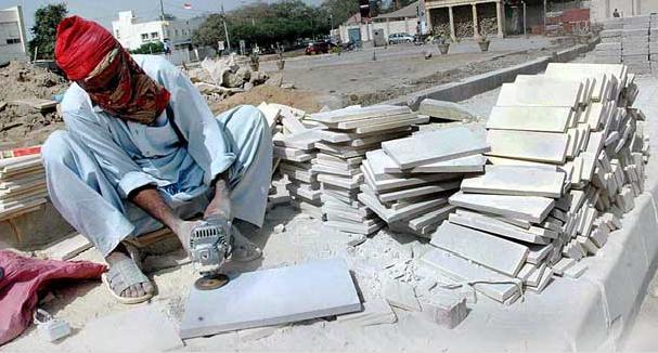 La guerra tra esercito e Talebani in Pakistan uccide anche i posti di lavoro