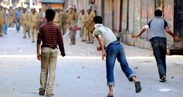 Kashmir, la folla sfida il coprifuoco. Sciopero generale di protesta a Srinagar