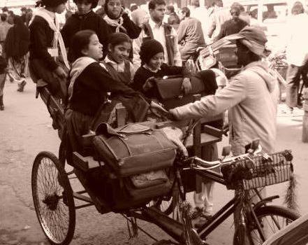 Al via la Rivoluzione Scolastica dell'India. Istruzione gratuita obbligatoria tra i 6 e i 14 anni.