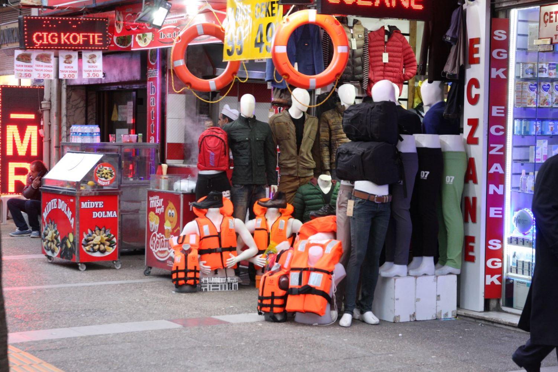 Izmir, Basmane. Giubbotti di salvataggio (falso) venduti nei negozi della zona.