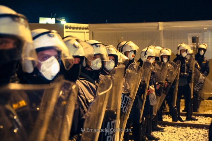Police at Macedonia border. Foto Emanuele Confortin