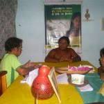 jovens passar seus conhecimento no que aprendeu na oficina de reciclagem do lixo para a Comissão Organizadora