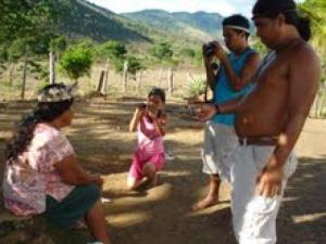 Indios-online entrevistando a anciã