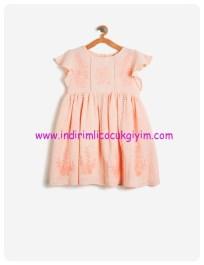 koton kız çocuk fırfır detaylı işlemeli pudra elbise