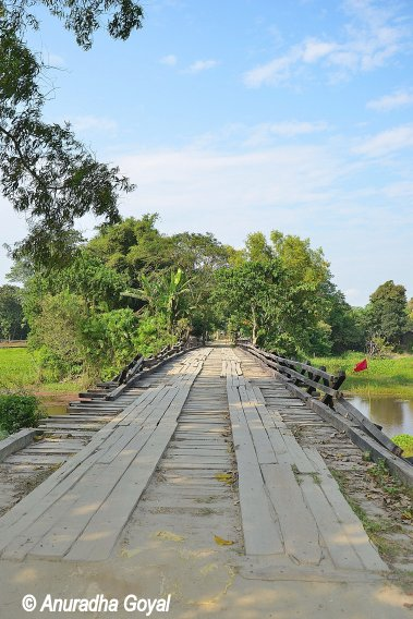 कच्चे लकड़ी के पुल - सत्र जाने का रास्ता - माजुली