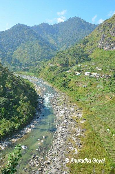 ऊंचे पर्वतों से बहती केमांग नदी - अरुणाचल प्रदेश