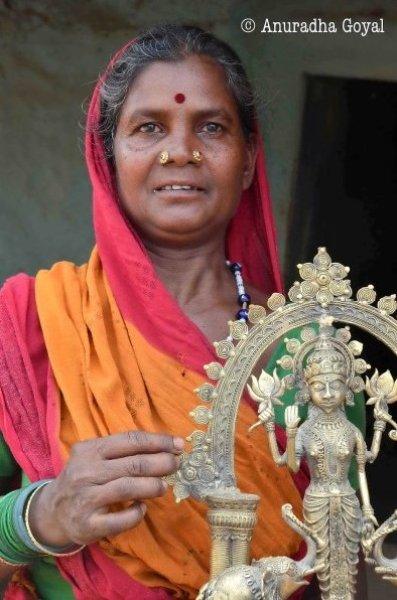 राष्ट्रीय पुरस्कार विजेता श्रीमती बुधियारिन  देवी अपनी कृति गज लक्ष्मी के साथ