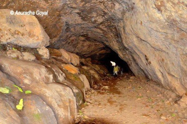 गुफाओं के बीच से जाती सुरंग - रामगढ