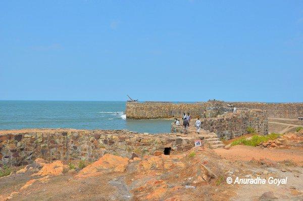 सागर के मध्य खड़ा शिवाजी महाराज का सिंधुदुर्ग
