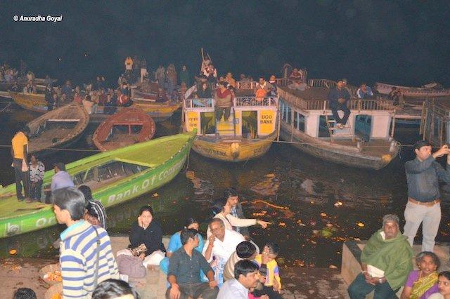 गंगा आरती दर्शन के लिए नौकाएं