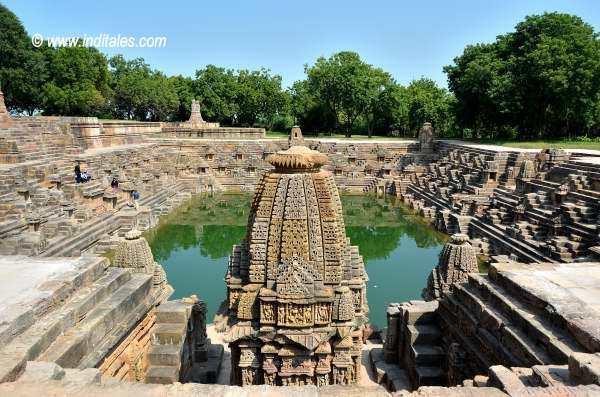 सूर्य कुंड और उसके इर्द गिर्द अनेक छोटे बड़े मंदिर - मोढेरा
