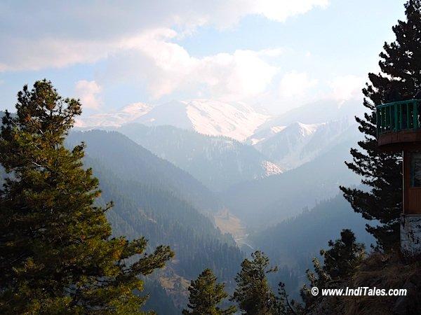 सूर्यकिरणों से खेलती हिमालय की चोटियाँ