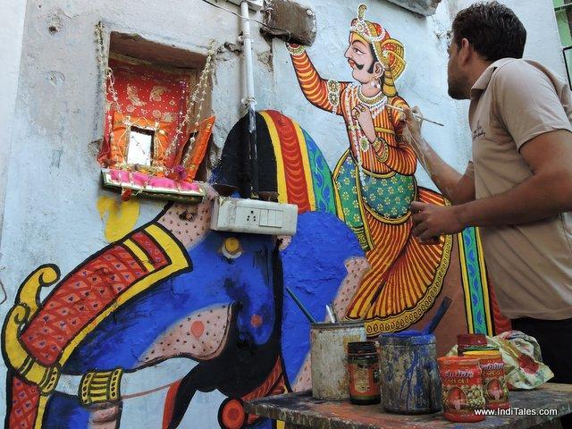 ठाकुर जी की हवेली को रंगते हुए कलाकार