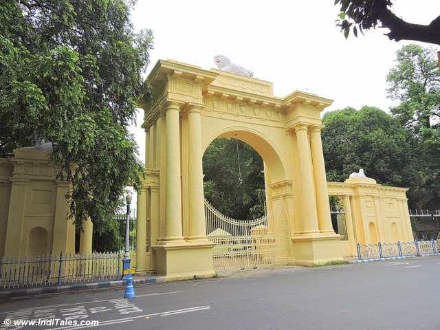 कोल्कता राज भवन के मुख्या द्वार पर सिंह