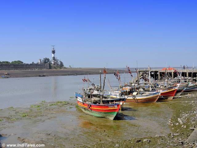 अरब सागर में विलीन होती दमन गंगा नदी