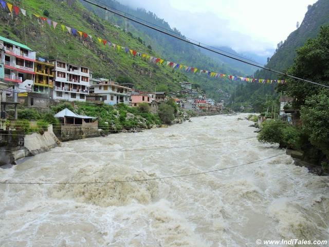 पार्वती घाटी बनाती पार्वती नदी - हिमाचल प्रदेश